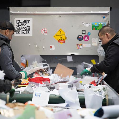 Tri des papiers de bureau pour recyclage