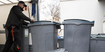 Collecte et recyclage de déchets arrivée bacs centre de tri