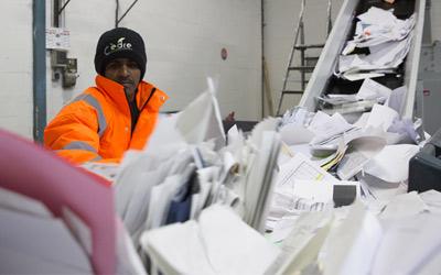 Sur-tri manuel des papiers de bureau à recycler