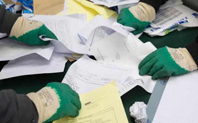 Tri manuel des papiers de bureau à recycler