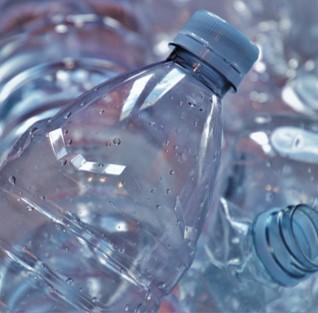 Bouteilles plastique à recycler au bureau
