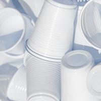 Recyclage de gobelets plastique au bureau en entreprise